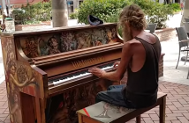 homeless_piano_player
